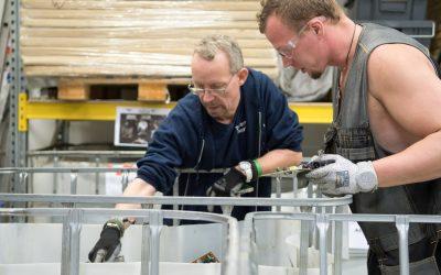 Kuusakoski Oy ja Edistia tekevät yhteistyötä: työpajalla puretaan sähkö- ja elektroniikkalaitteita